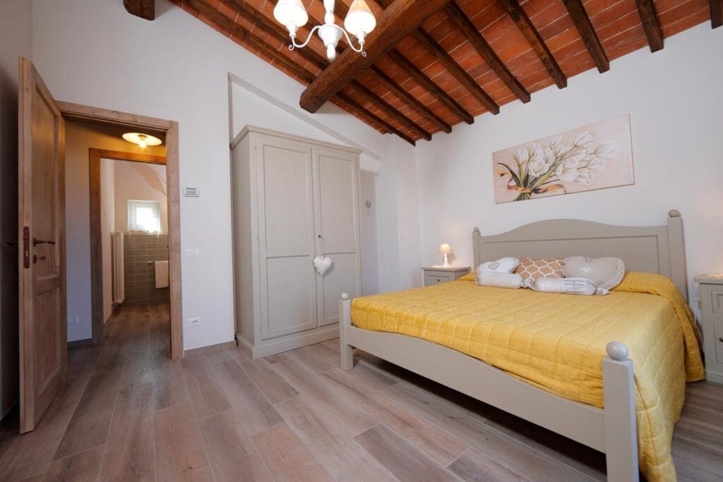 Accommodation in valdarno tuscany casa di campagna pianelli for Interni di case classiche